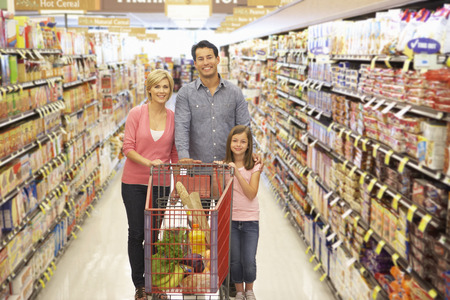 Familie winkelen in supermarkt Stockfoto