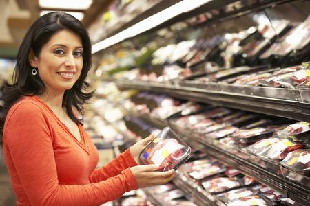 女性のスーパー マーケットでのショッピング