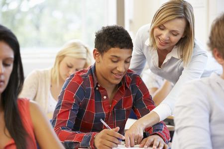 tutor: Estudiantes y profesor particular en clase Foto de archivo