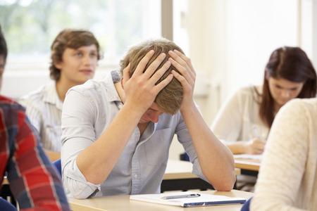 Student kämpft in der Klasse