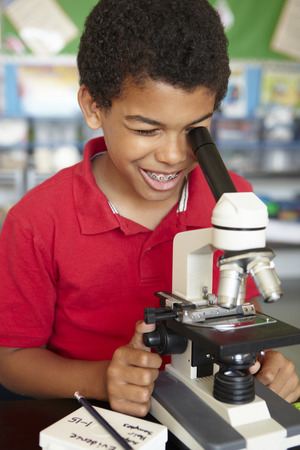 理科の授業で顕微鏡の少年