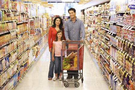 슈퍼마켓에서 쇼핑하는 가족