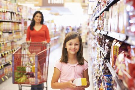 母と娘のスーパー マーケットでのショッピング 写真素材