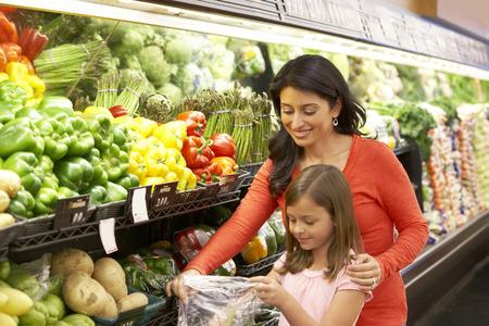Madre e hija de compras en el supermercado