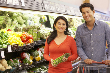 manage: Couple shopping in supermarket