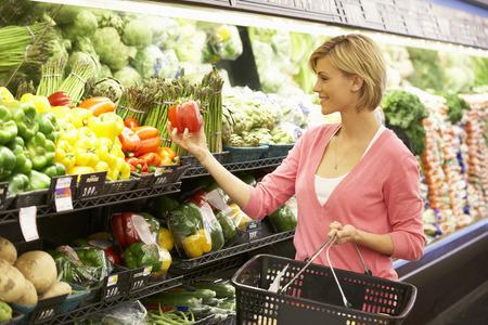 Woman shopping in supermarket Foto de archivo