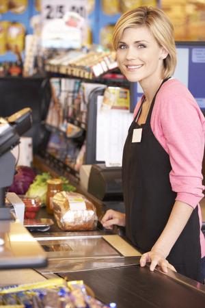 cinta transportadora: Supermercado trabajador checkout