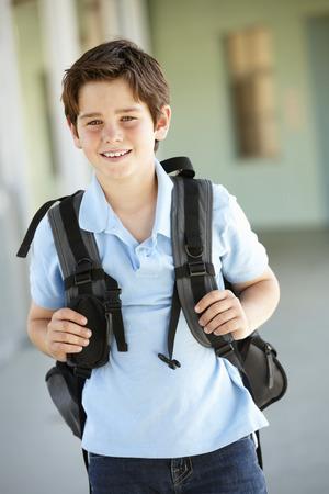 niño con mochila: Muchacho pre adolescente en la escuela