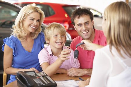 새 차를 구입하는 가족 스톡 콘텐츠