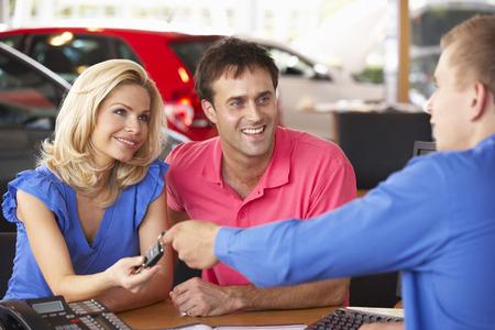 Paar het kopen van nieuwe auto Stockfoto