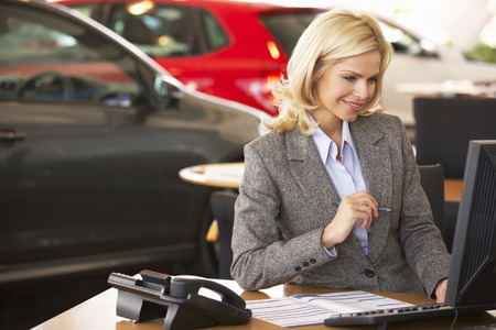車のショールームで働く女性
