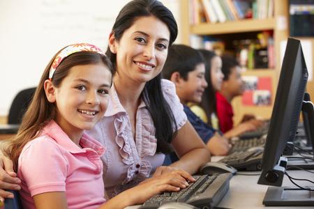 Niños ayudando: Profesor y alumnos en clase