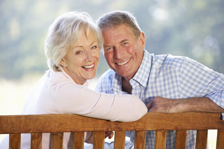屋外に座っている年配のカップル 写真素材