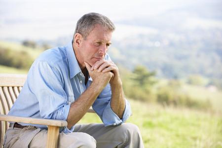 hombre solo: Senior hombre sentado al aire libre
