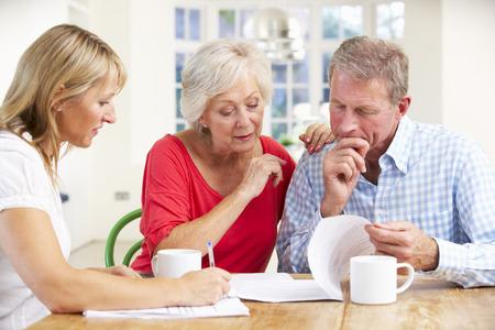 Gepensioneerd echtpaar met financieel adviseur