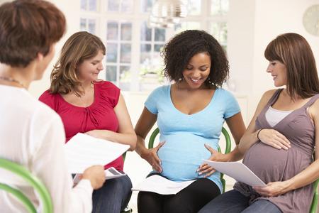 femmes souriantes: Les femmes enceintes à la classe natal ante