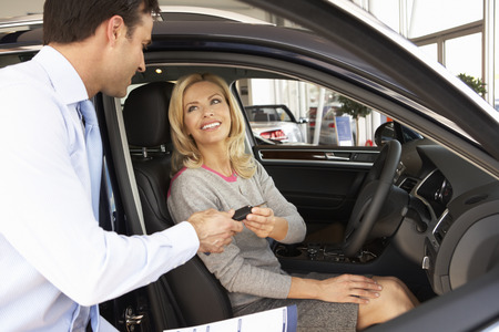 Vrouw koopt nieuwe auto Stockfoto