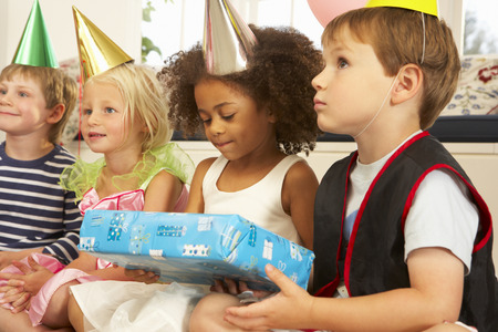 Clown onderhoudende kinderen op partij Stockfoto