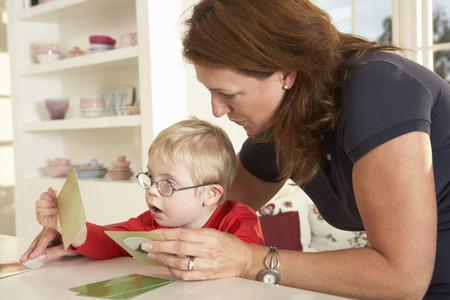 다운 증후군 보이 쉬는 언어 치료법 스톡 콘텐츠 - 33604495