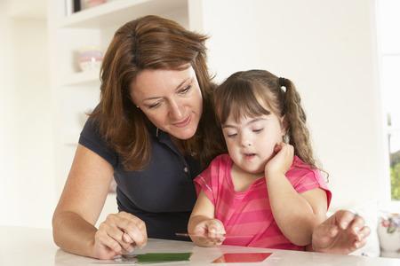 スピーチ療法を持つダウンズ症候群ガール