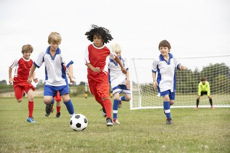 Junior 5 a equipos secundarios jugando al fútbol