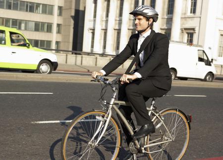 ciclismo: Hombre de negocios en bicicleta al trabajo Foto de archivo