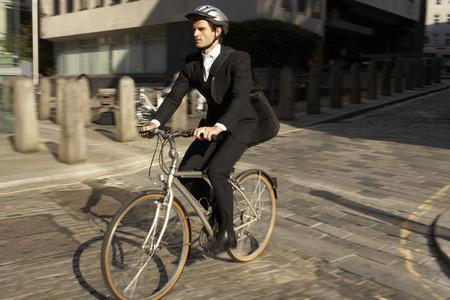 jornada de trabajo: Hombre de negocios en bicicleta al trabajo Foto de archivo