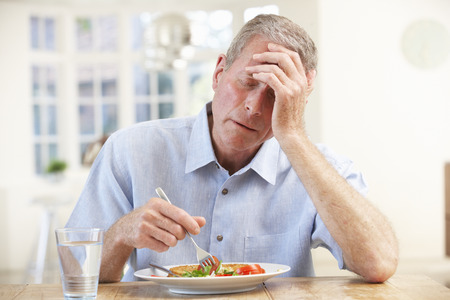 chory: Chory starszy człowiek stara się jeść Zdjęcie Seryjne