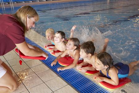 Les enfants ayant leçon de natation Banque d'images