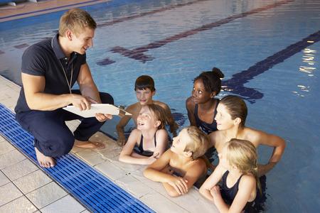 swim: Los niños que tienen lección de la natación