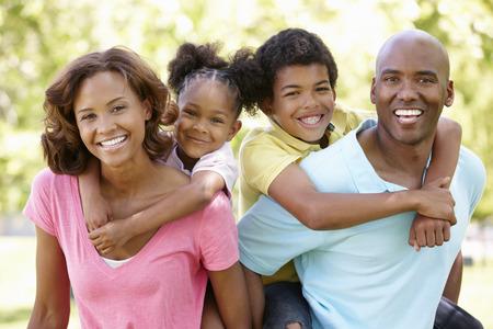 Portrait de famille dans le parc Banque d'images - 33604741