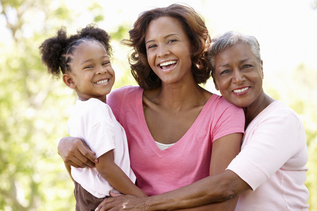 hija: Familia multigeneración en el parque