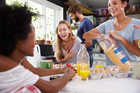 colazione: Gruppo di amici di cucina prima colazione in cucina insieme