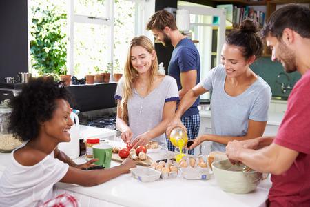 Grupo de Amigos de cocina el desayuno en cocina Juntos Foto de archivo - 41146882