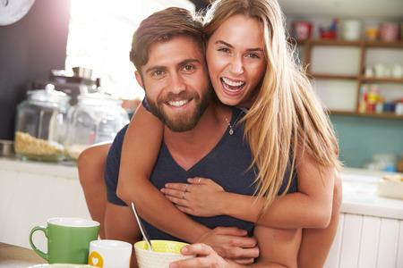 pareja comiendo: Pareja joven que come el desayuno en cocina Juntos