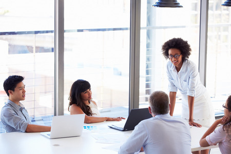 Mensen die werken in het kantoor Stockfoto