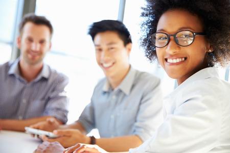 業務: 三個業務的專業人士一起工作 版權商用圖片