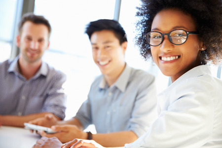 Trois professionnels d'affaires travaillant ensemble Banque d'images