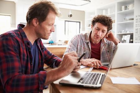 trabajo social: Socios de negocios peque�os que utilizan computadoras en casa