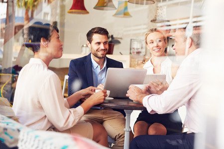 бизнесмены: Деловая встреча в кафе