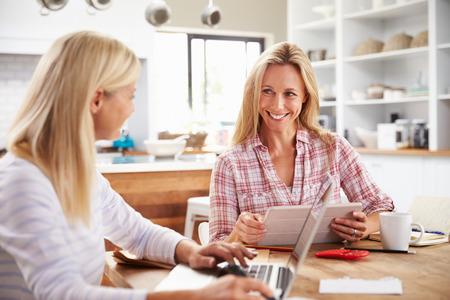 trabajando: Dos mujeres que trabajan juntos en casa
