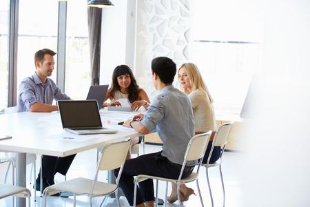 mujeres trabajando: Colegas en una reuni�n de oficina