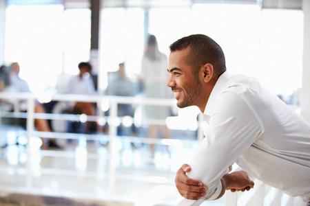 Portrait d'un homme dans le bureau, vue de côté Banque d'images - 41392599