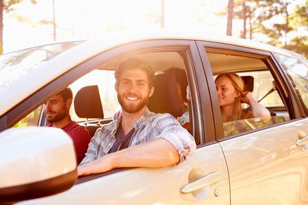persona feliz: Grupo de Amigos en coche en el camino de viaje Juntos