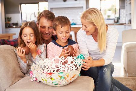 osterei: Familie feiert Ostern zu Hause Lizenzfreie Bilder