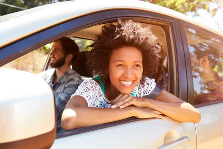 afroamericanas: Grupo de Amigos en coche en el camino de viaje Juntos