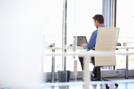 현대 사무실에서 혼자 작업하는 사람