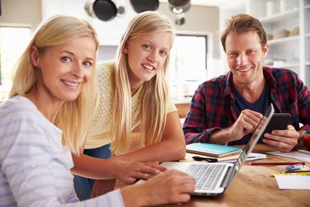 Fille aidant ses parents avec la nouvelle technologie Banque d'images