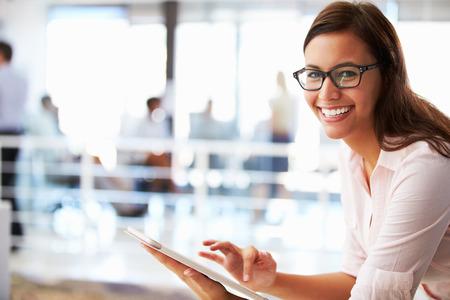 태블릿 사무실에서 웃는 여자의 초상화 스톡 콘텐츠