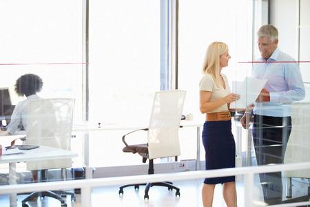 trabajando: Colegas que trabajan en una oficina moderna